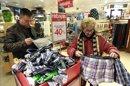 Dos personas compran en unos grandes almacenes de Madrid. EFE/Archivo